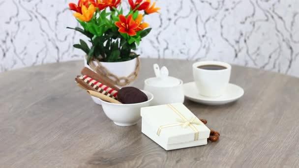 friss reggeli fekete kávé csésze édességek fa asztal háttér