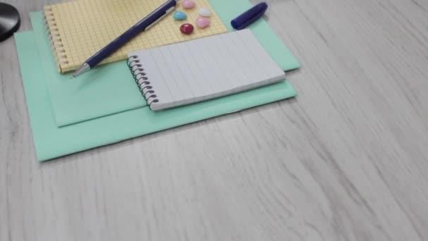 kancelářské a školní potřeby na bílém stole pozadí