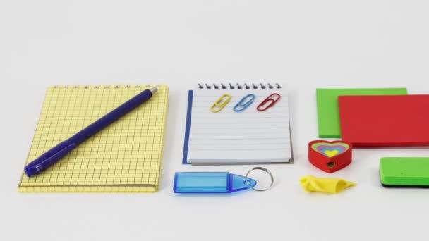 irodai és iskolai kellékek fehér asztal háttér