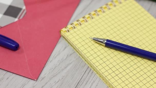 kancelářské a školní potřeby na dřevěném stole pozadí