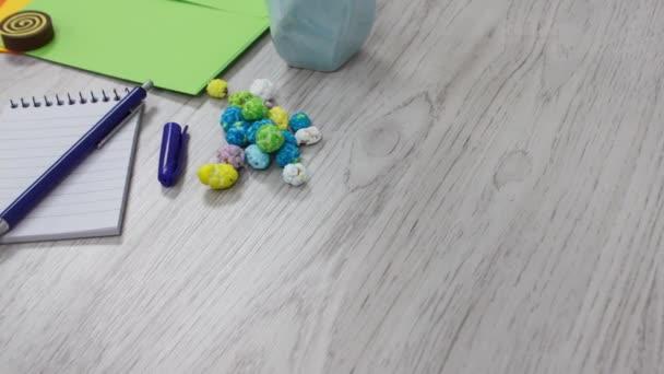 kancelářské spotřební materiál a dodávky na bílém točícím se stole pozadí
