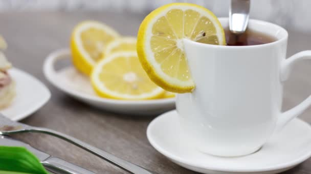 chutné ranní snídaně s chlebem maso sendvič a čaj šálek na dřevěném stole pozadí