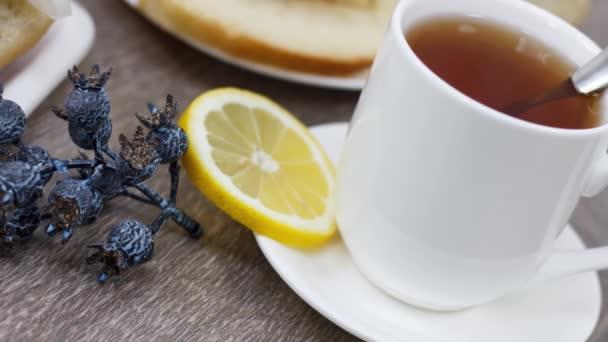 domácí ranní snídaně s šálkem čaje a chleba tousty na dřevěném stole pozadí