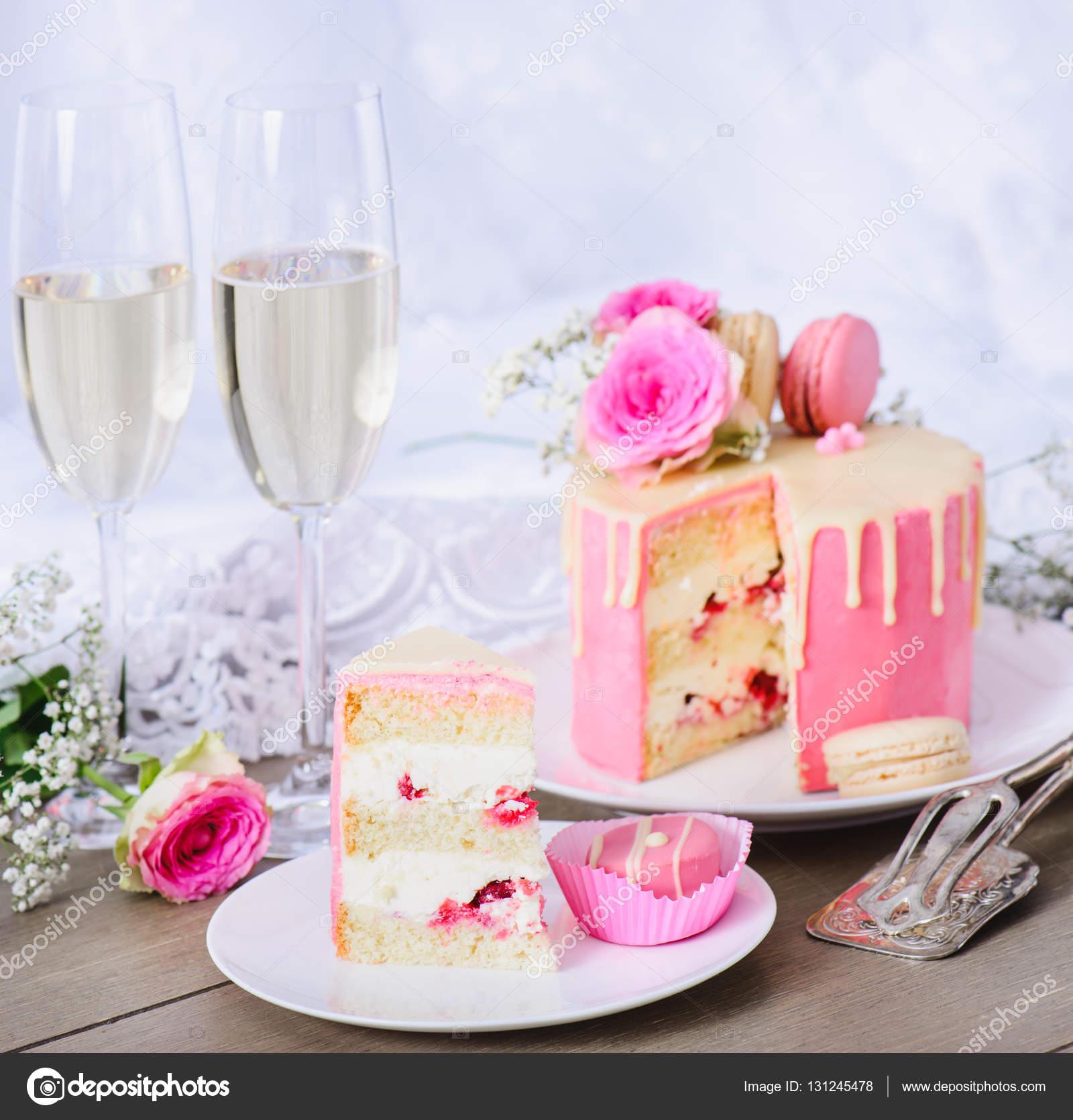 Tarta con glaseado rosa — Foto de stock © anatols #131245478