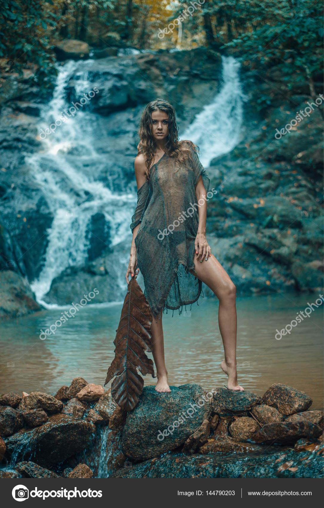 Ritratto di una signora calma in piedi sulla roccia bagnata — Foto ...