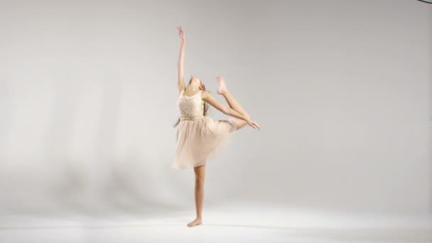 Mladá baletka cvičení na zkoušku