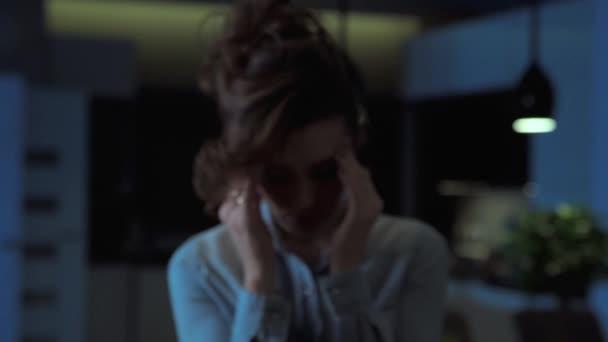 Depressziós fiatal nő szenvedése fejfájás