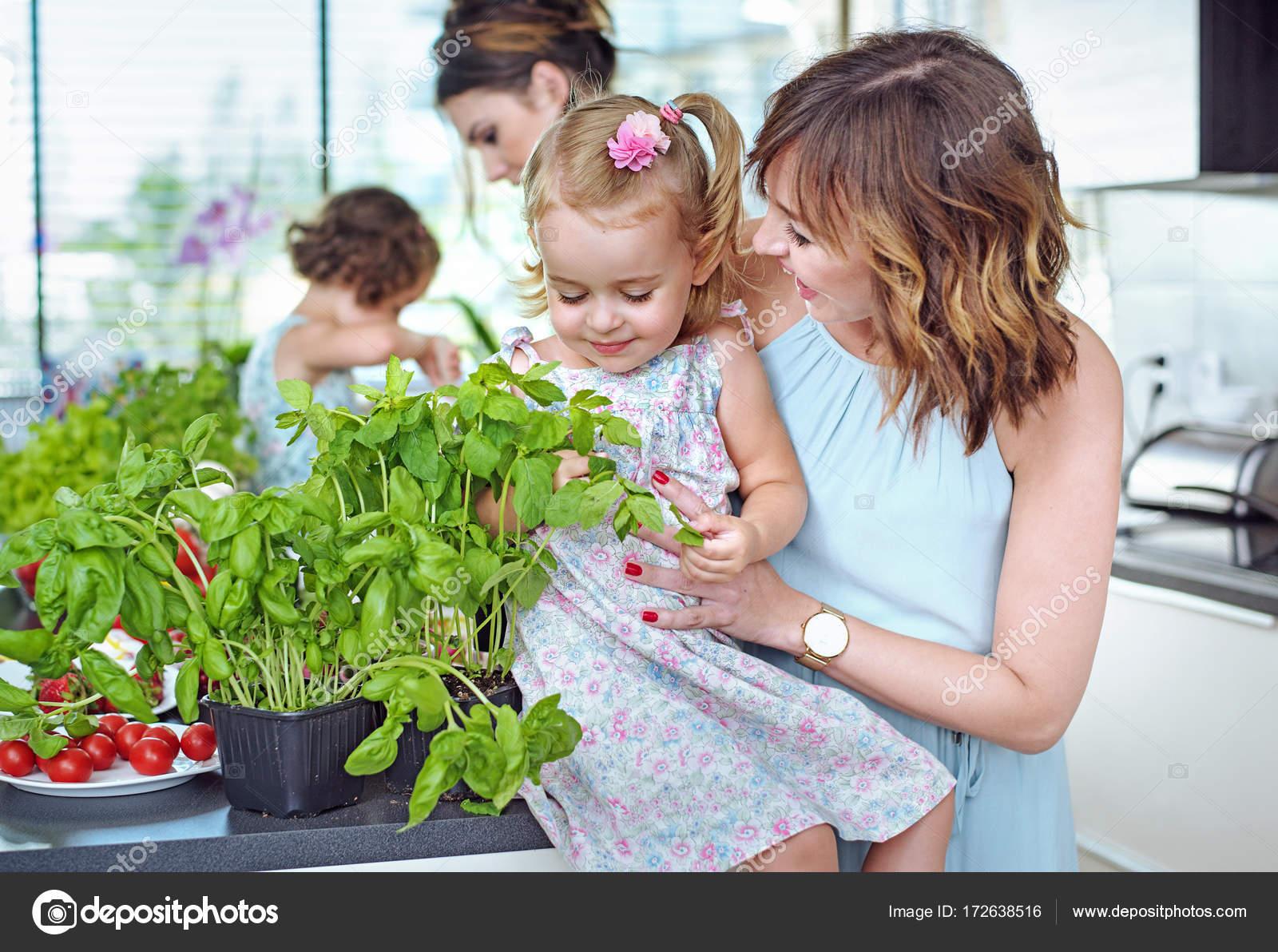 Sommerküche Für Kinder : Junge mütter mit ihren geliebten kindern im hellen sommer kit