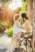 Letní portrét líbání matky a její malá dcerka