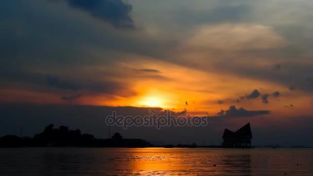 Západu slunce obloha na moři s ostrov silhouette, 4 k časová prodleva mraků a obloha