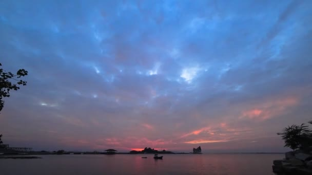 Dramatická obloha, sluníčko po západu slunce na moři s ostrov silhouette