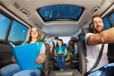 parents traveling by car with kids