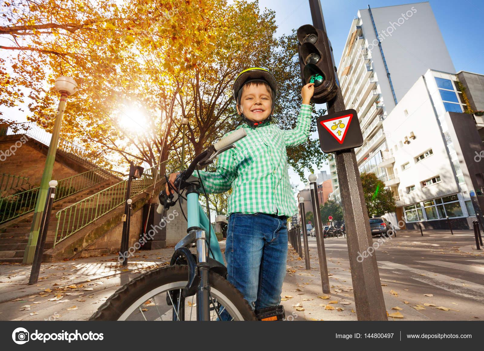 Niña Montando Su Bicicleta En Un Parque: Poco Bicicleta De Montar A Caballo De Niño En El Parque