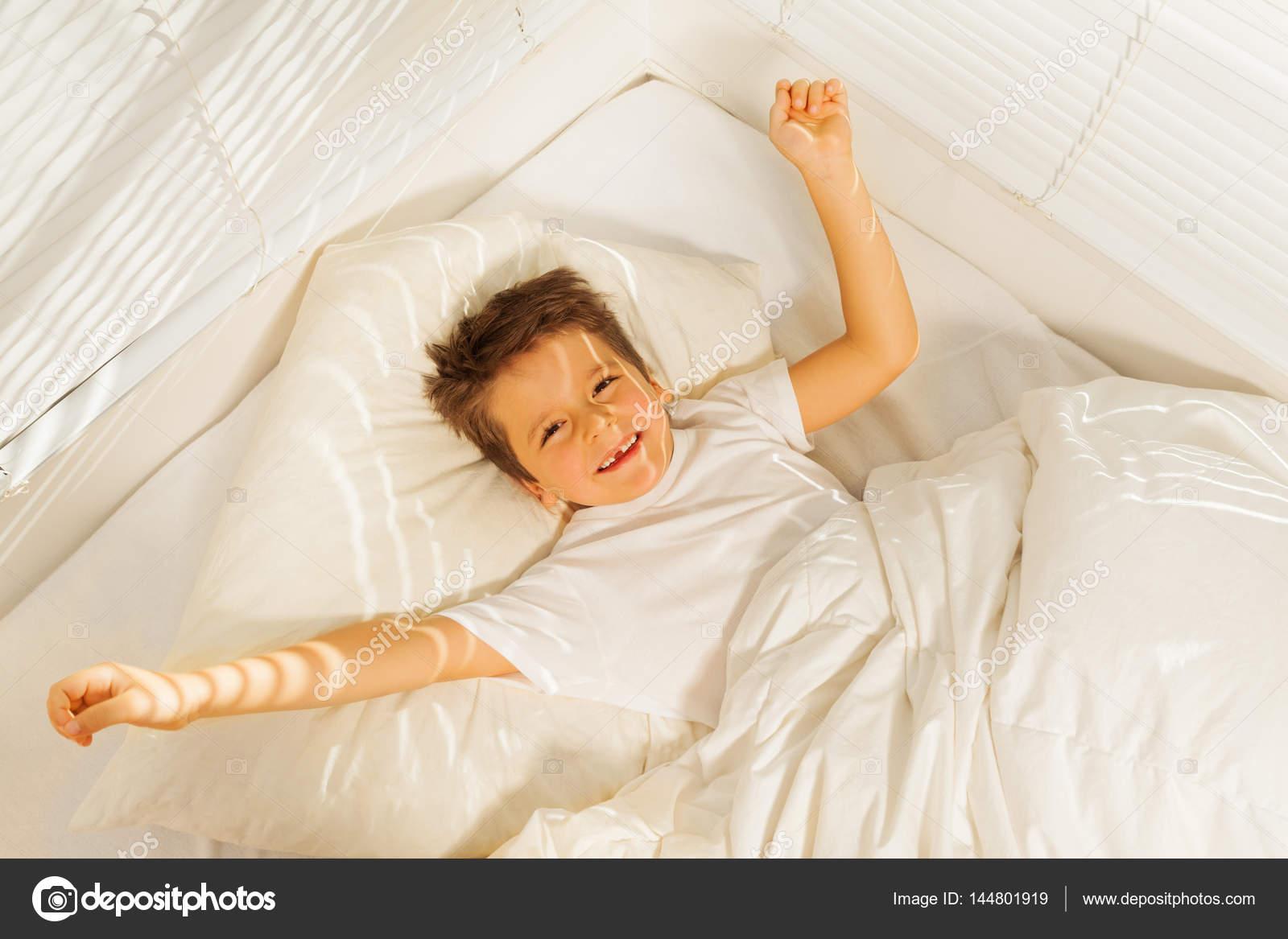 joven despertando — Foto de stock © belchonock #91910372