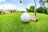 golfový míček a malou hůl