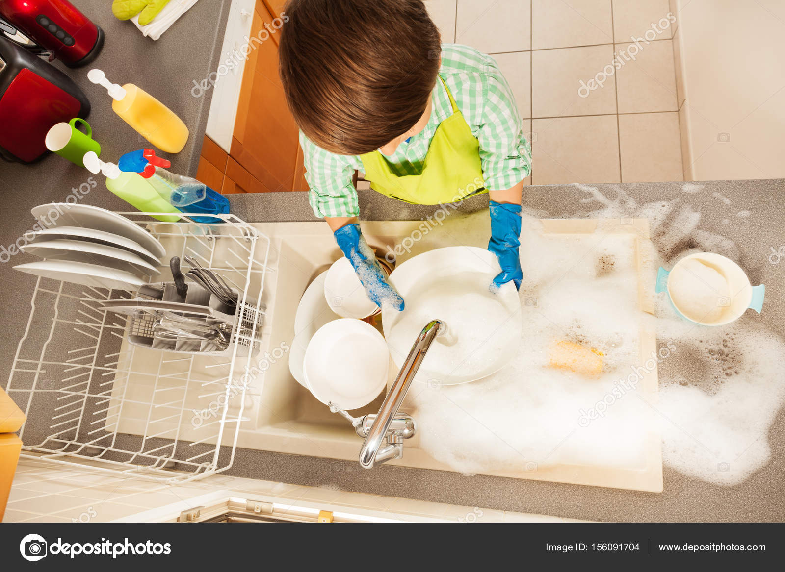 картинки мальчик моет посуду