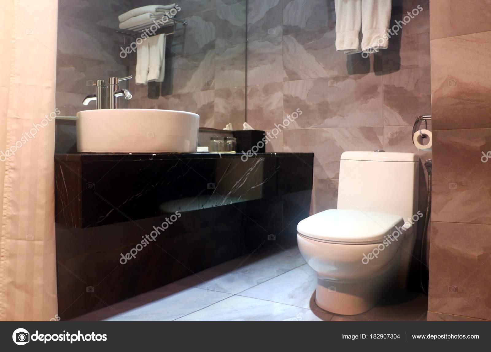 Toilette Da Bagno : Interiore della stanza bagno con ciotola toilette specchio vanità