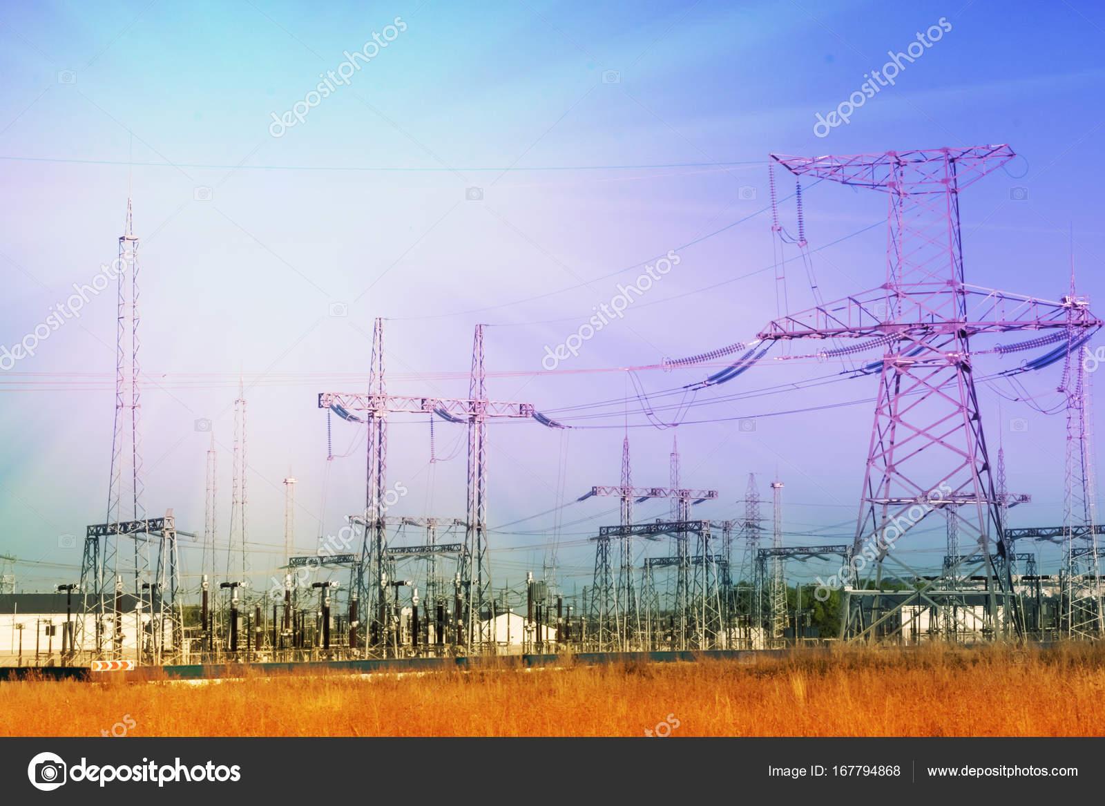 Bahnhof elektrische Leitungen Energie elektrische Pole Gebäude ...