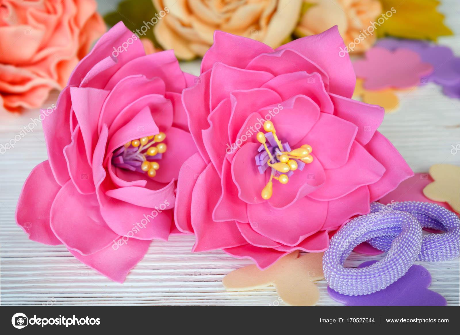 Květiny Foamiran. Vlasy ozdoby gumičky na dřevěný stůl. V retro ... 756e256322