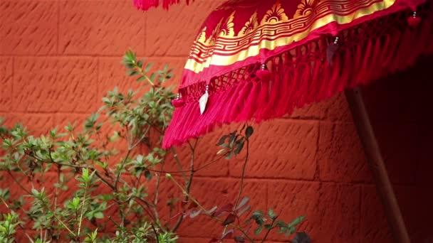Roter Regenschirm auf Wind