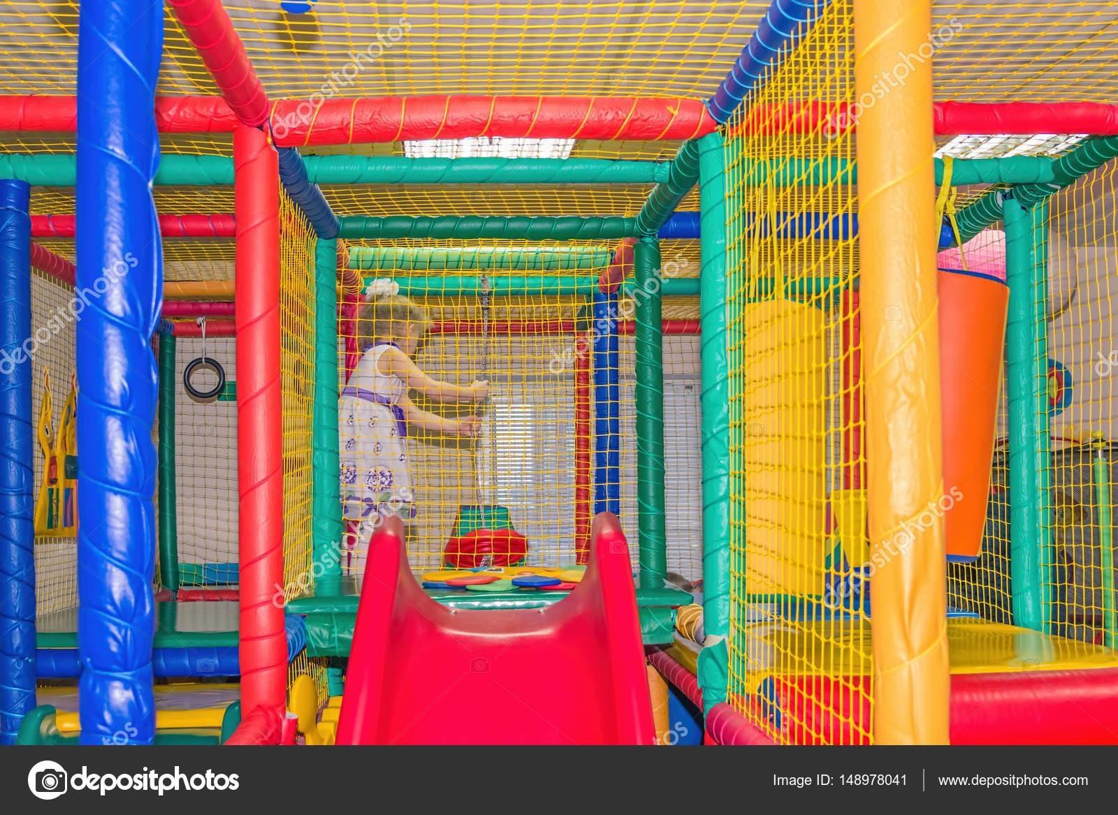 Sala Giochi Per Bambini : Bambini che giocano al coperto. sala giochi per bambini u2014 foto stock