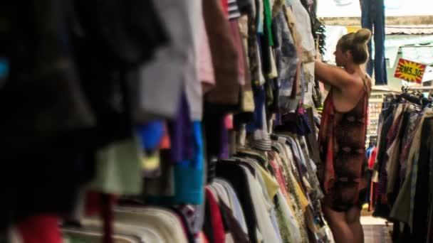 04d27e823 Állvány sor nő ruha bolt