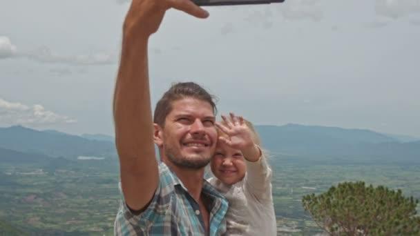 apa lánya teszi selfie völgy ellen
