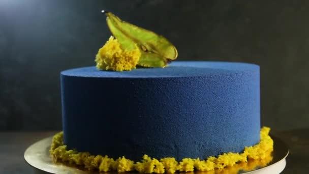 krásné modré dort zdobený sušených hrušek