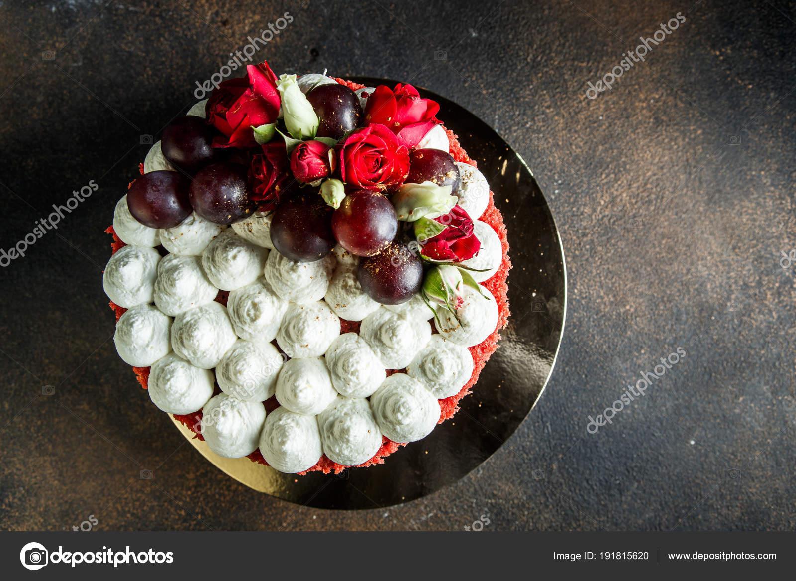 Richtfest Des Schonen Kuchen Verziert Mit Weissen Rosen Bizet Und