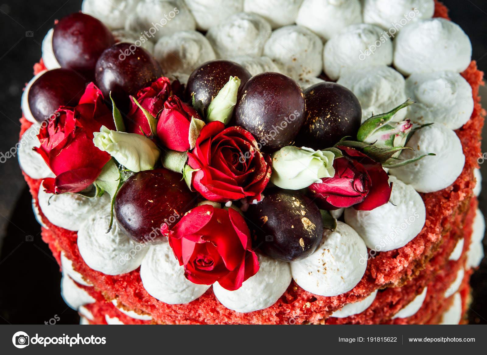 Closeup Schöne Kuchen Mit Bizet, Trauben Und Rosen Draufsichtu2013 Stockbild