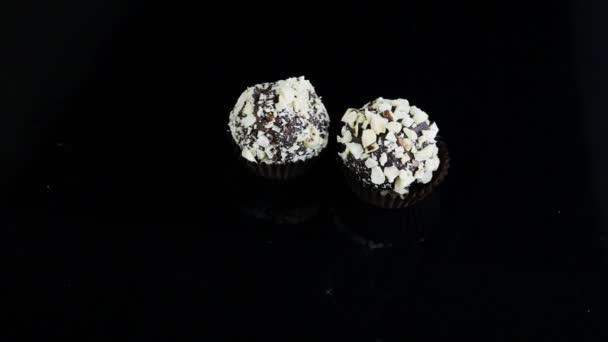 Ronde Zwarte Spiegel : Suikerwerk hand zet ronde bal chocolade snoepjes geserveerd zwarte