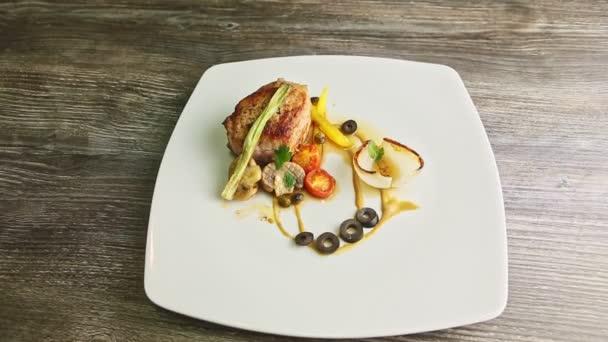 top pohled na pečené maso trendy zdobené omáčkou a zeleninou