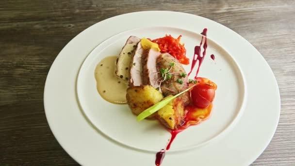 trendy zdobené krájené grilované maso a zelenina otáčí na talíři