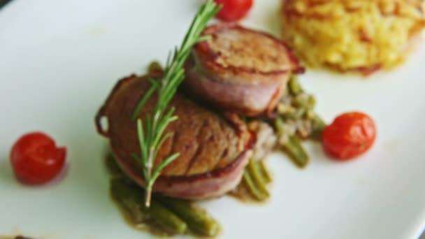 Fokus im fein dekorierten Restaurant Gericht aus gebackenem Fleisch mit Sauce