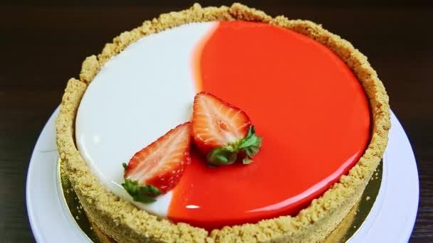 vrchní pohled detailní záběr celý kulatý glazovaný tvarohový koláč zdobený krájenými jahodami