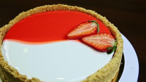 panorama vlevo na celé kruhové glazované tvarohové koláčky s nakrájenými jahodami