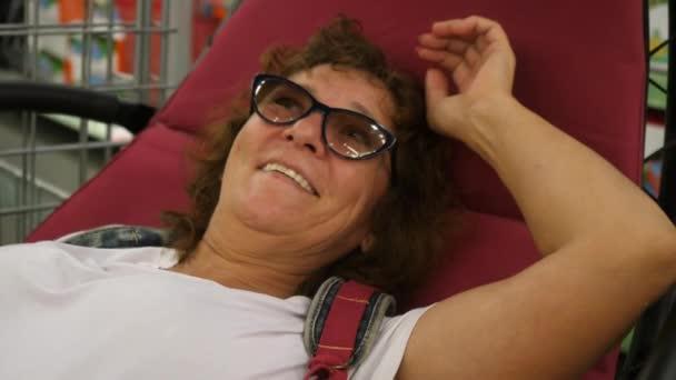 Žena s úsměvem v houpací síti