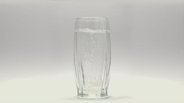 Aspirin prášek ve sklenici vody 4