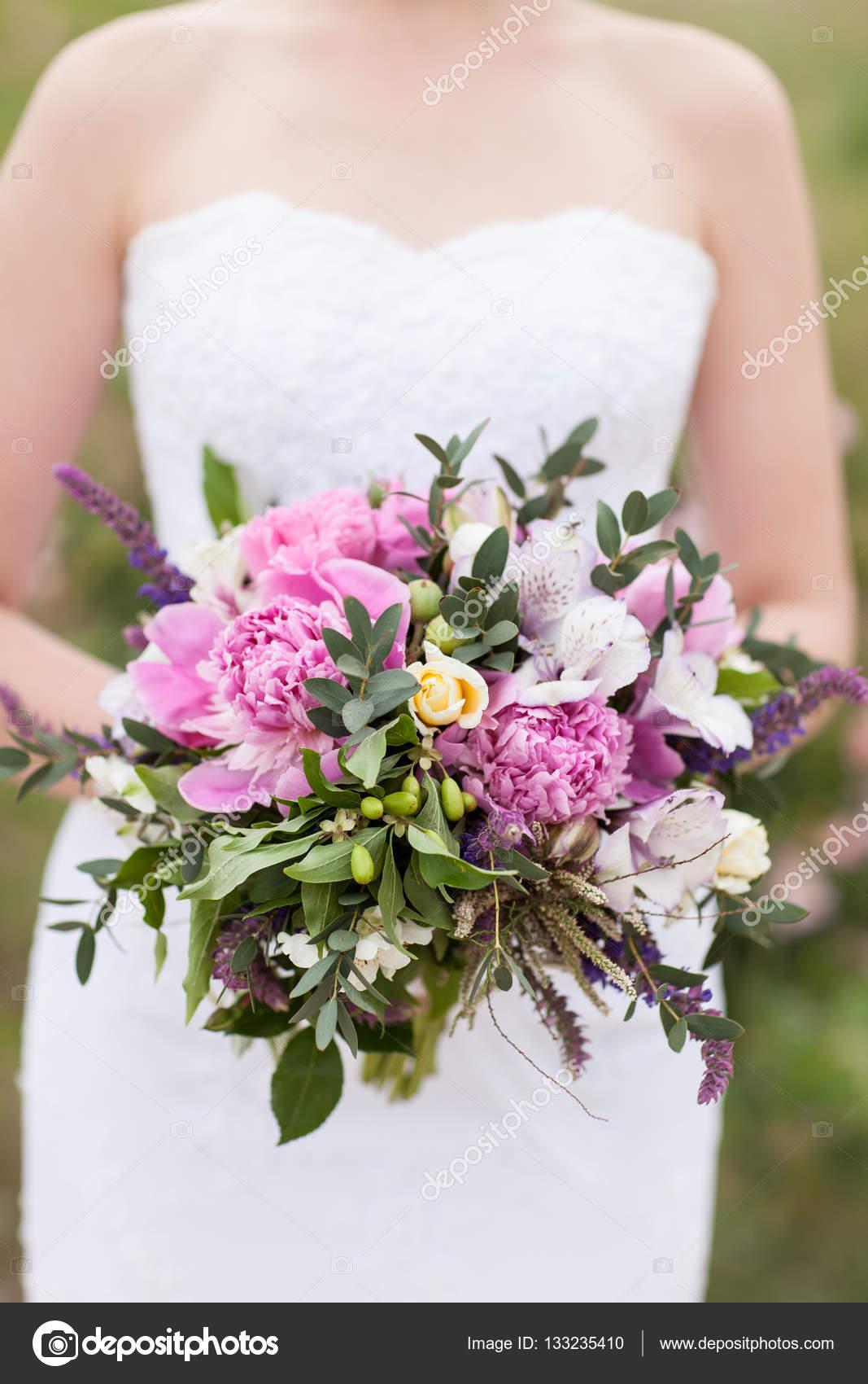 brautstrau rosa pfingstrose orchidee und david austin rose stockfoto april 89 133235410. Black Bedroom Furniture Sets. Home Design Ideas