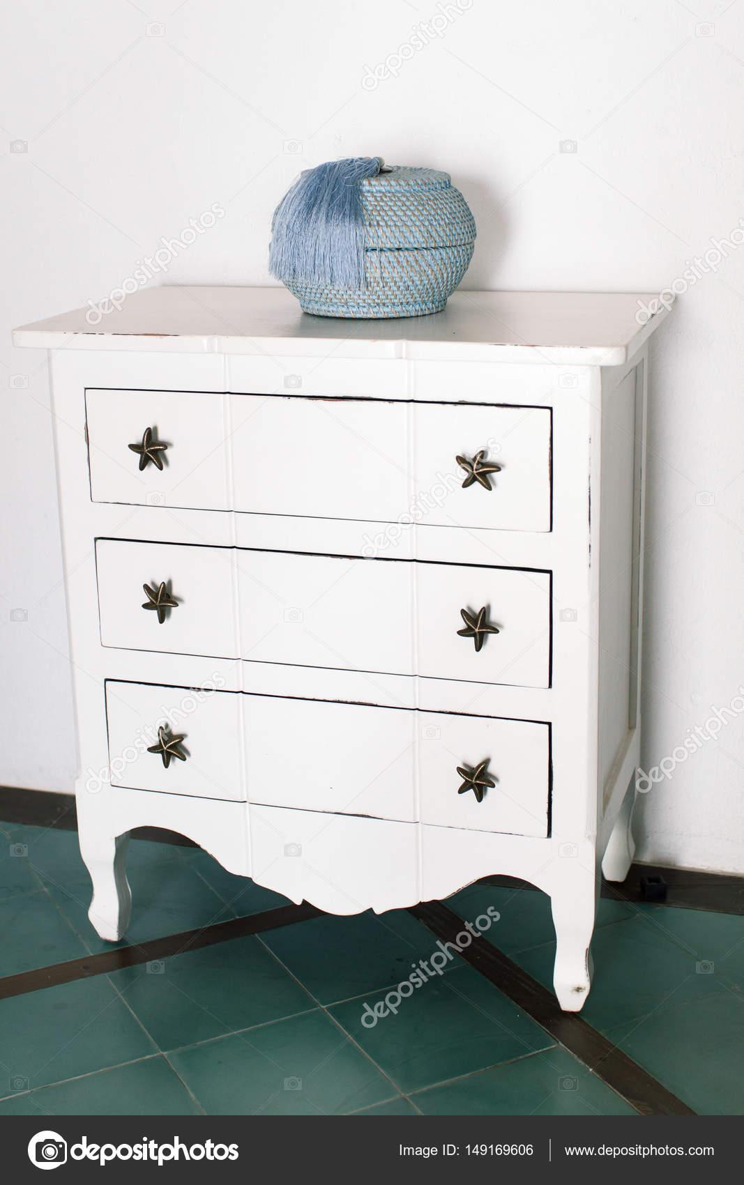 Commode Vintage Blanche Se Dresse Pres Du Mur Blanc Photographie