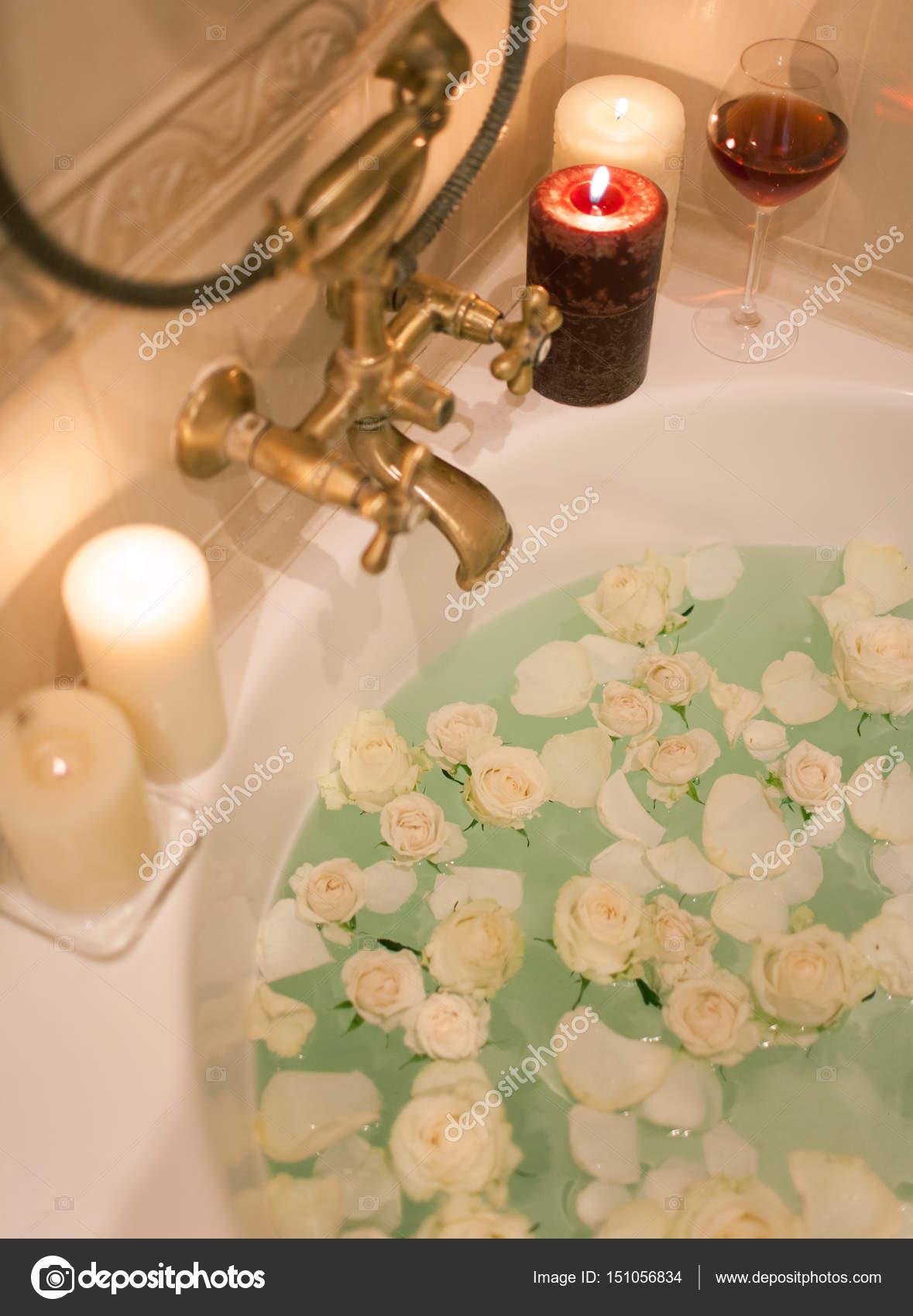 Carrelage Salle De Bain Dore ~ Prendre Un Bain Aux P Tales De Rose Et Des Bougies Soir E