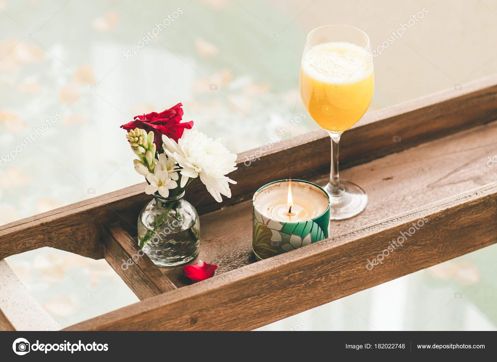 Vassoio Vasca Da Bagno : Bagno luminoso casa bagno con petali fiori sale vassoio sopra u2014 foto