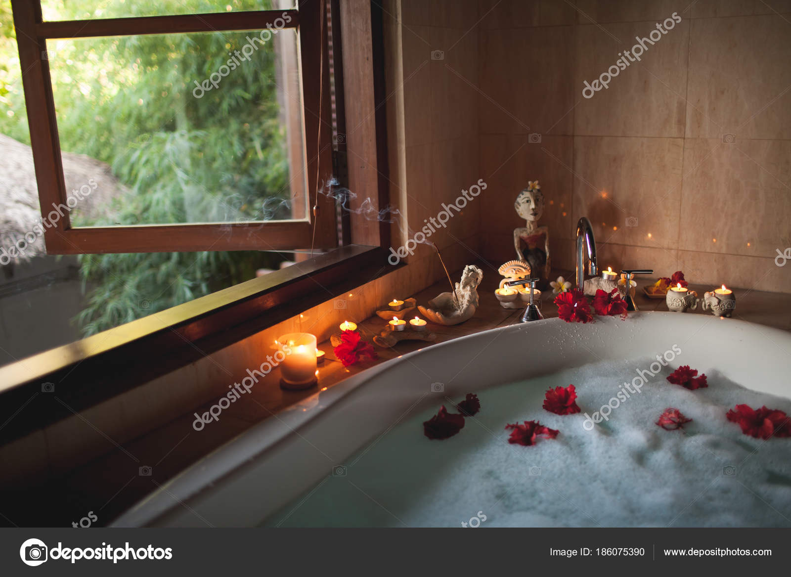 Vasca Da Bagno Romantica Con Candele : Vasca da bagno con petali di rosa u body art