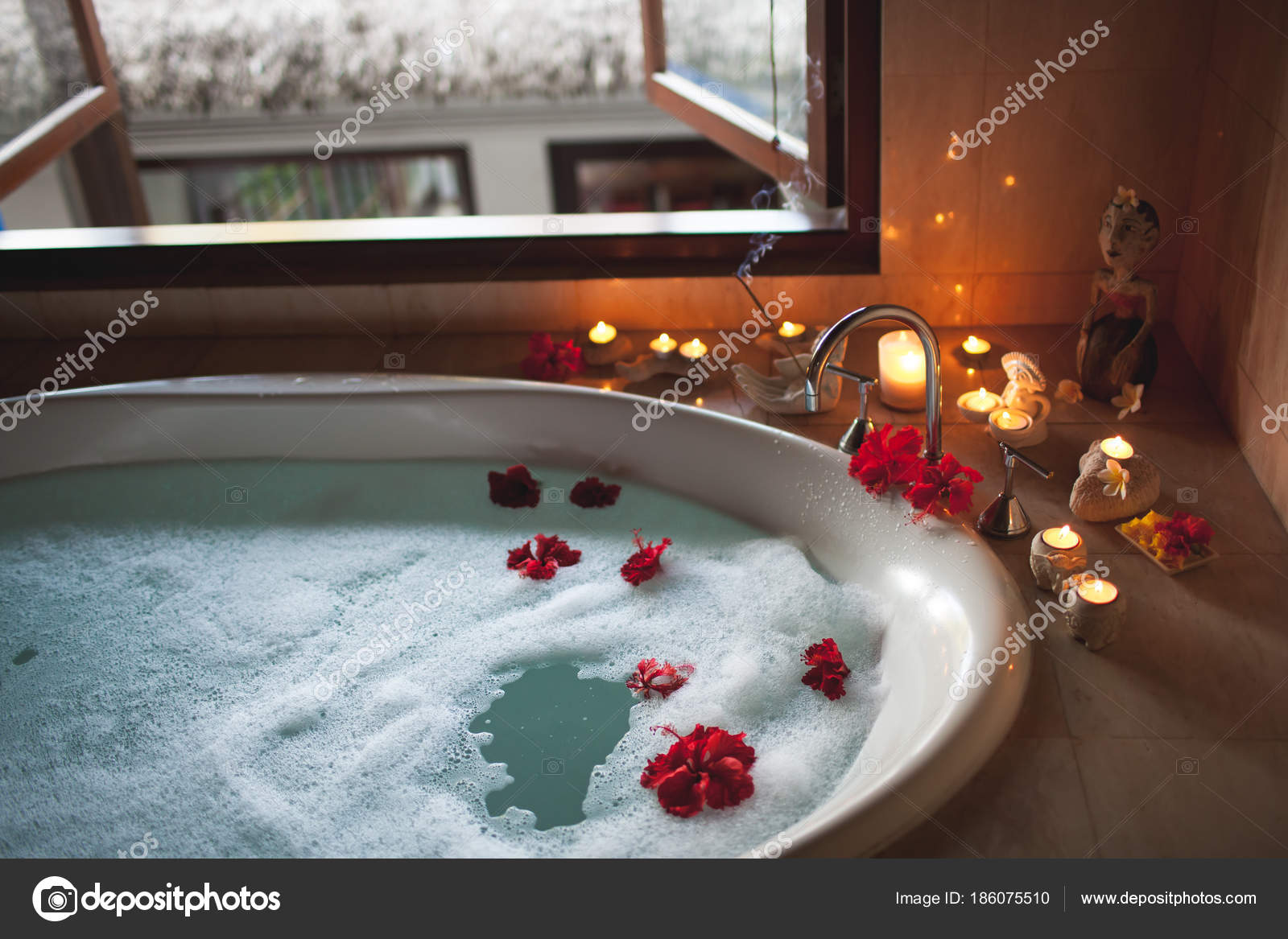 Vasca Da Bagno Romantica : Grande vasca da bagno riempita con schiuma e fiori atmosfera
