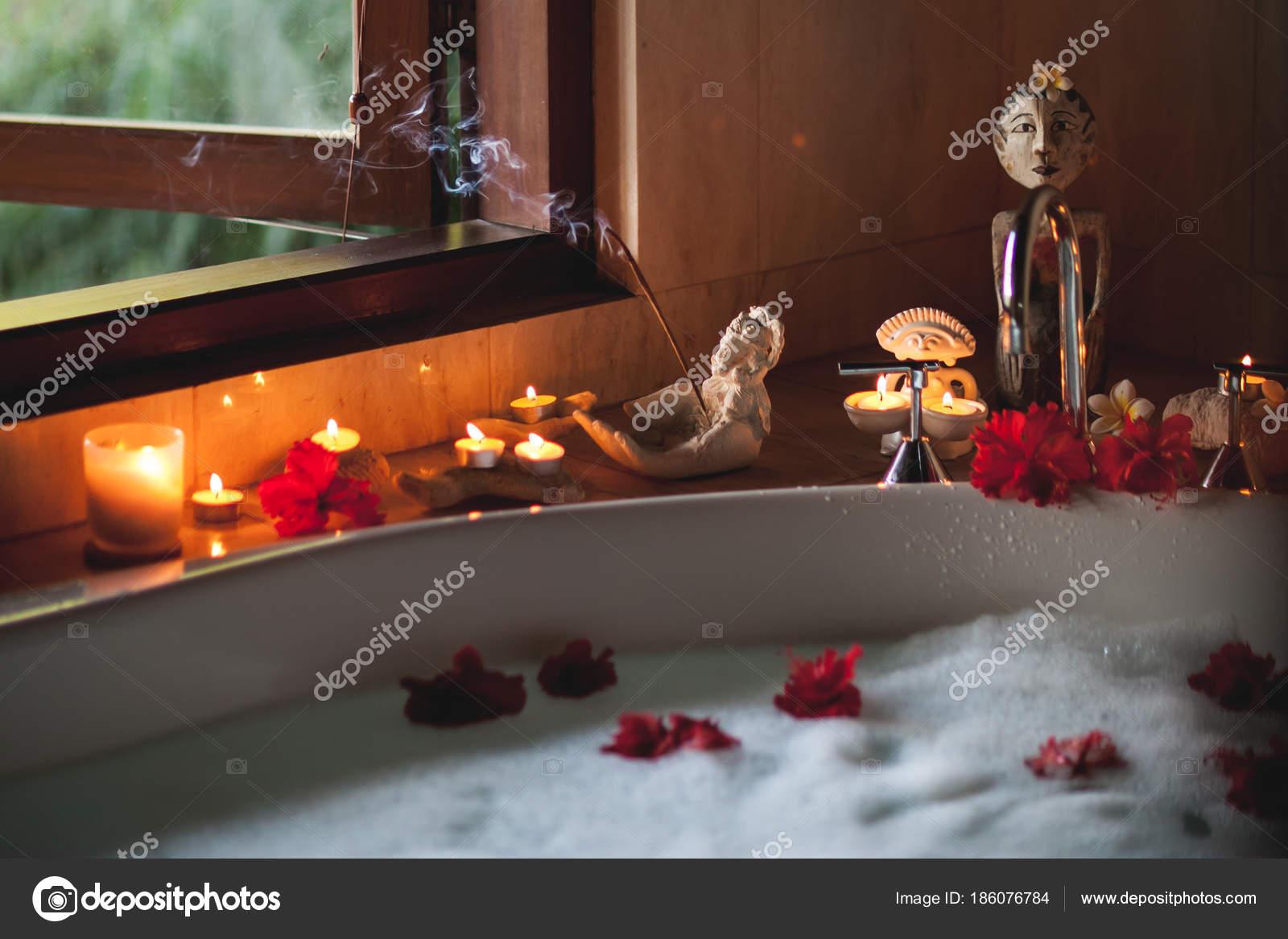 Vasca Da Bagno Romantica Con Candele : Grande vasca da bagno riempita con schiuma e fiori. atmosfera