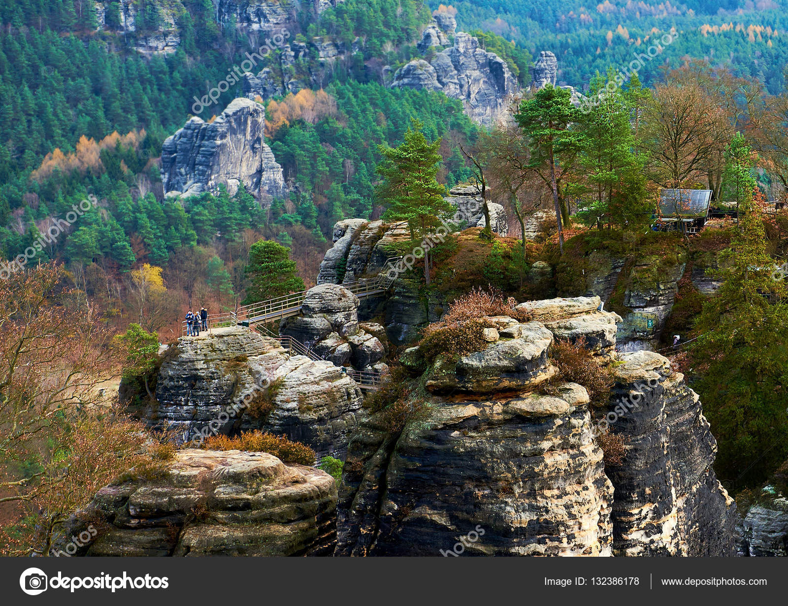 Vista pittoresca di bastei una formazione rocciosa in for Piani torreggianti