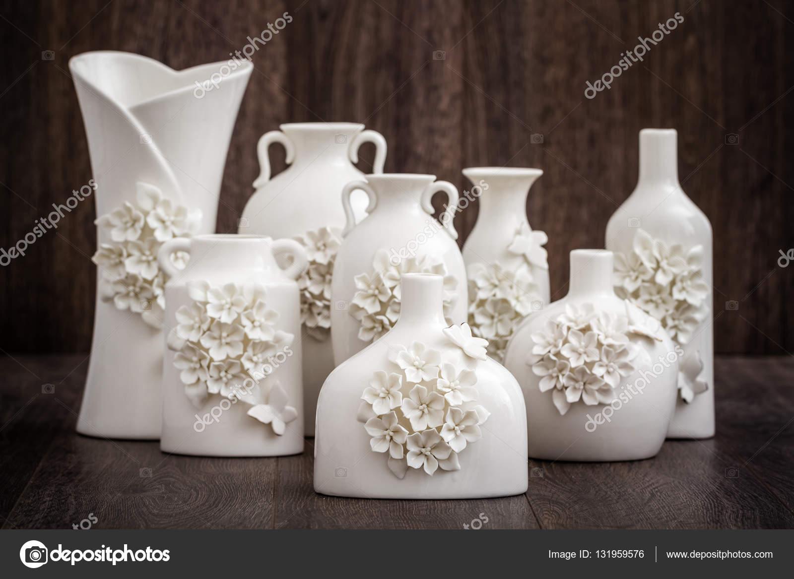 Różnych Dekoracyjne Wazony Białe Na Brązowym Tle Zdjęcie