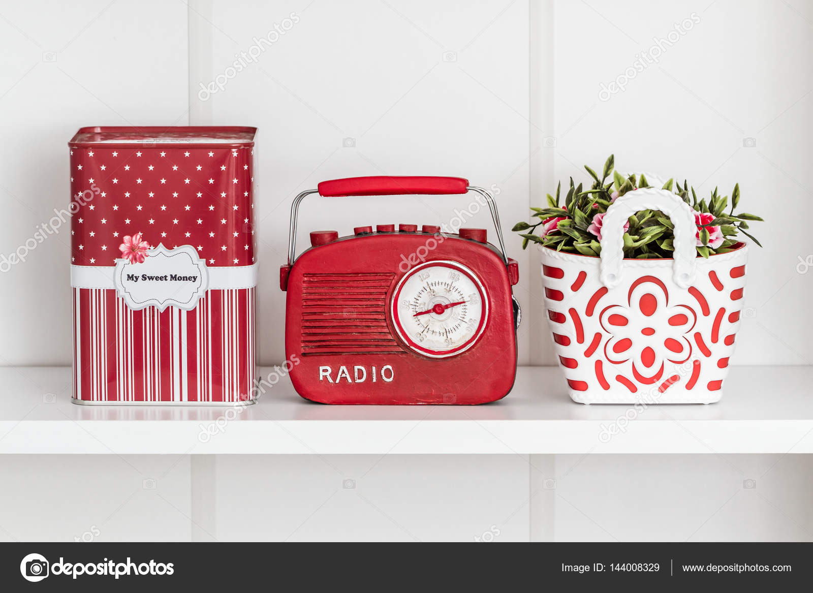 Czerwony Dom Powiązane Przedmioty Dekoracyjne W Białym Półka