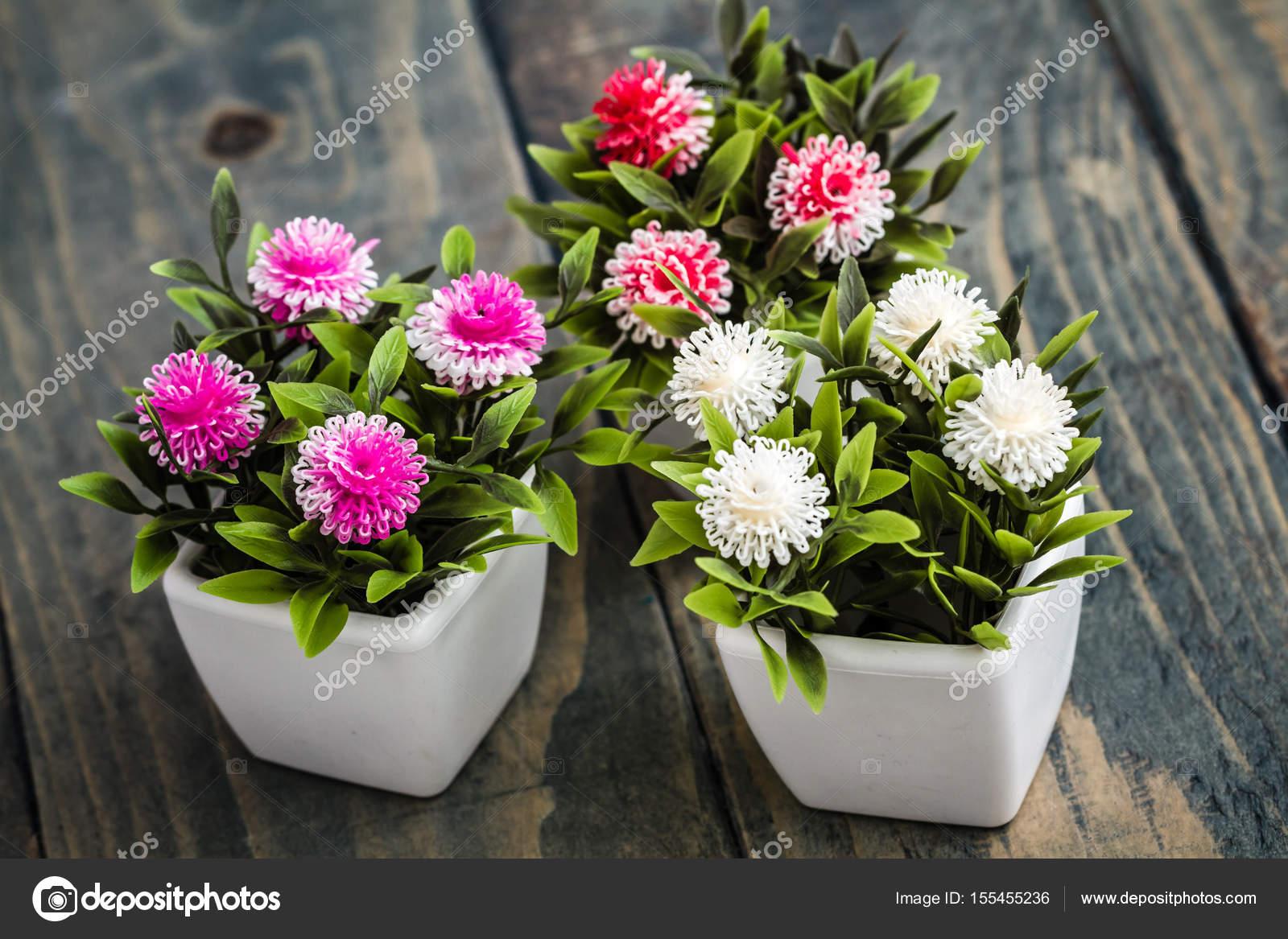Sztuczne Kwiaty W Białe Kwiaty Doniczkowe Zdjęcie Stockowe