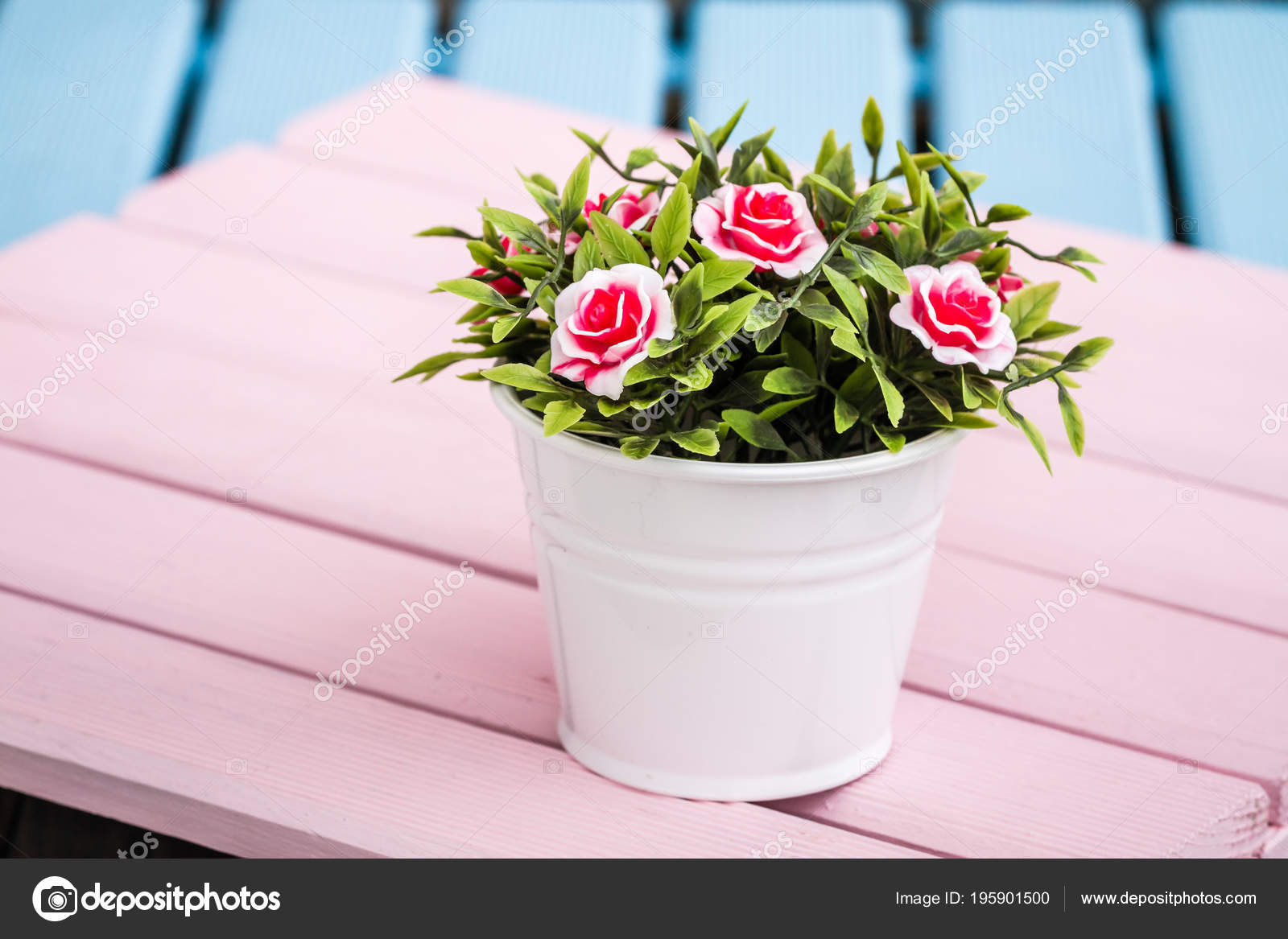 Umělé Barevné Květiny Květináče Modré Dřevěné Pozadí — Stock fotografie 3c7ea2ada4a